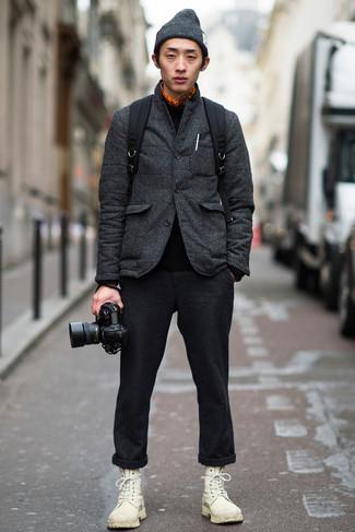 Trend da uomo: Prova ad abbinare un blazer trapuntato grigio scuro con chino di lana grigio scuro per un look elegante ma non troppo appariscente. Stivali casual in pelle bianchi sono una eccellente scelta per completare il look.