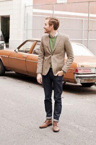 Come indossare e abbinare un maglione girocollo verde: Indossa un maglione girocollo verde con jeans blu scuro per un look raffinato per il tempo libero. Prova con un paio di stivali casual in pelle marroni per un tocco virile.