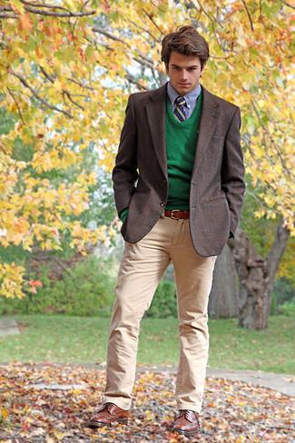 Come indossare e abbinare: blazer scozzese marrone scuro, maglione girocollo verde, camicia elegante azzurra, chino marrone chiaro