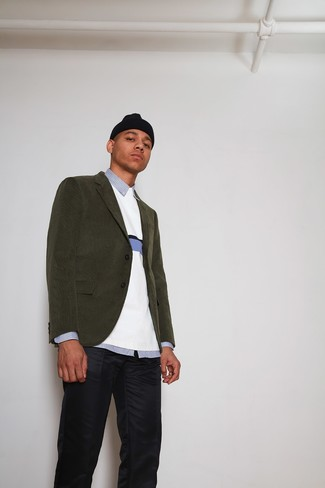Come indossare e abbinare: blazer di velluto a coste verde oliva, maglione girocollo bianco, camicia elegante a righe verticali azzurra, chino blu scuro