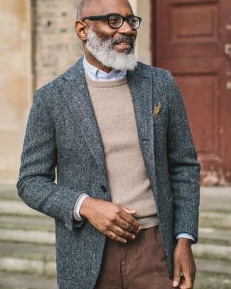 Come indossare: blazer di lana a spina di pesce grigio, maglione girocollo beige, camicia elegante a righe verticali azzurra, chino marroni