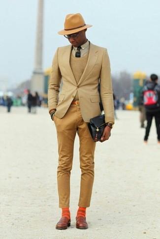 Come indossare e abbinare: blazer marrone chiaro, maglione girocollo marrone chiaro, camicia elegante beige, chino marrone chiaro