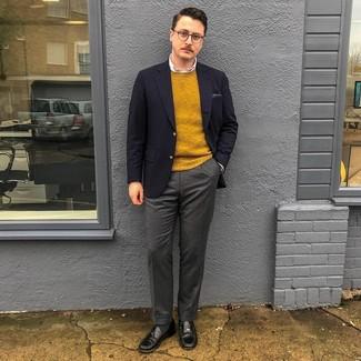 Come indossare e abbinare: blazer blu scuro, maglione girocollo senape, camicia elegante bianca, pantaloni eleganti di lana grigio scuro