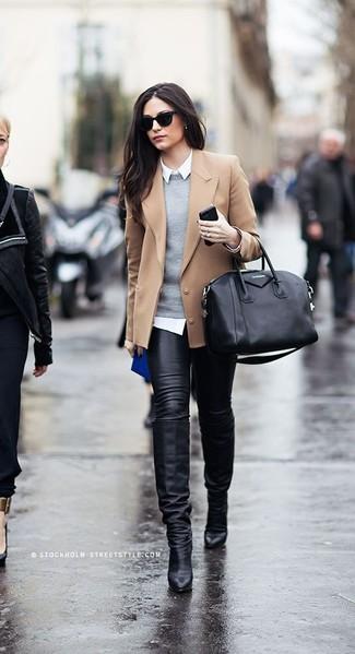 Come indossare: blazer di lana marrone chiaro, maglione girocollo grigio, camicia elegante bianca, jeans aderenti in pelle neri