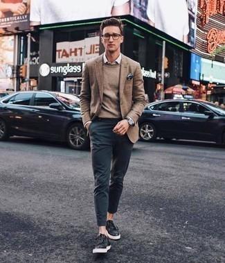 Come indossare e abbinare un maglione girocollo marrone: Potresti abbinare un maglione girocollo marrone con chino blu scuro per un look semplice, da indossare ogni giorno. Se non vuoi essere troppo formale, prova con un paio di sneakers basse in pelle nere.