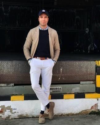 Trend da uomo 2020: Prova ad abbinare un blazer lavorato a maglia marrone chiaro con pantaloni cargo bianchi per vestirti casual.