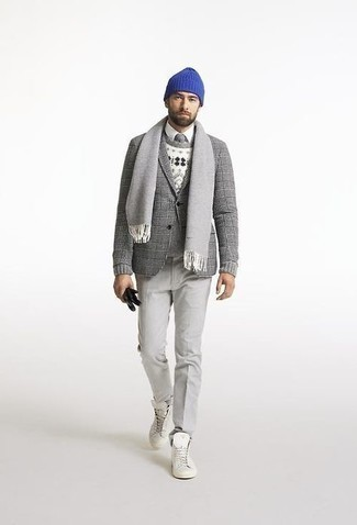 Look alla moda per uomo: Blazer di lana scozzese grigio, Maglione girocollo con motivo fair isle bianco, Camicia elegante bianca, Chino grigi