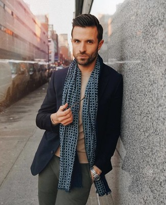 Come indossare e abbinare: blazer di lana blu scuro, maglione girocollo marrone chiaro, chino verde scuro, sciarpa stampata blu scuro
