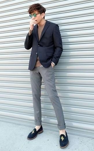 Come indossare e abbinare un maglione girocollo marrone: Per un outfit quotidiano pieno di carattere e personalità, punta su un maglione girocollo marrone e chino grigi. Sfodera il gusto per le calzature di lusso e indossa un paio di mocassini eleganti di velluto blu scuro.