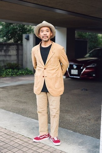 Come indossare e abbinare un borsalino di lana beige: Potresti indossare un blazer marrone chiaro e un borsalino di lana beige per un look perfetto per il weekend. Sfodera il gusto per le calzature di lusso e scegli un paio di sneakers basse in pelle scamosciata fucsia.