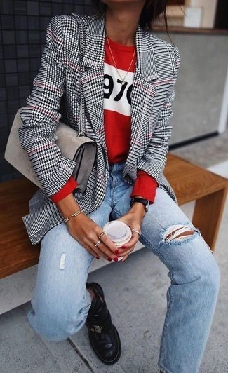 Come indossare: blazer con motivo pied de poule bianco e nero, maglione girocollo stampato rosso, jeans boyfriend strappati azzurri, stivali chelsea in pelle neri