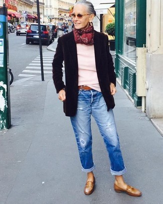 Come indossare e abbinare: blazer di lana nero, maglione girocollo rosa, jeans boyfriend strappati blu, mocassini eleganti in pelle marroni