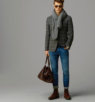 Come indossare e abbinare: blazer di lana scozzese grigio, maglione girocollo nero, jeans blu, stivaletti brogue in pelle marroni