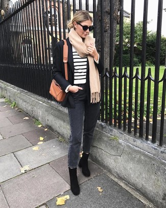Come indossare e abbinare: blazer nero, maglione girocollo a righe orizzontali bianco e nero, jeans grigio scuro, stivaletti in pelle scamosciata neri