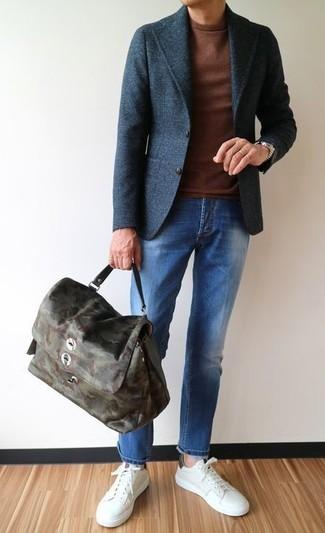 Come indossare e abbinare: blazer di lana grigio scuro, maglione girocollo marrone, jeans blu, sneakers basse in pelle bianche
