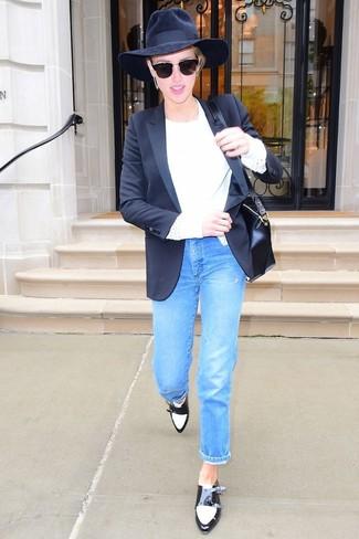 Come indossare: blazer nero, maglione girocollo bianco, jeans blu, scarpe double monk in pelle nere e bianche