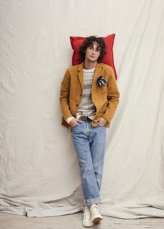 Come indossare e abbinare: blazer di cotone terracotta, maglione girocollo con motivo fair isle bianco, jeans azzurri, sneakers alte di tela bianche