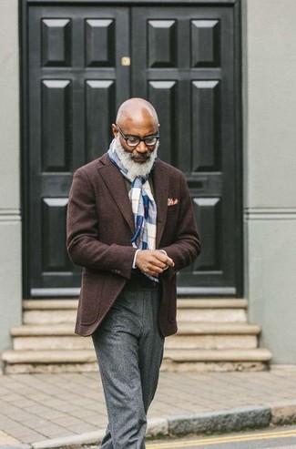 Come indossare e abbinare: blazer di lana marrone scuro, maglione girocollo verde oliva, pantaloni eleganti di lana grigi, fazzoletto da taschino stampato bianco