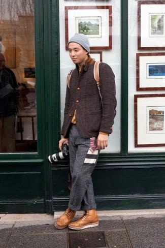 Come indossare e abbinare: blazer di lana marrone scuro, maglione girocollo senape, pantaloni eleganti di lana grigio scuro, stivaletti brogue in pelle marrone chiaro