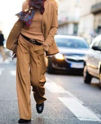 Come indossare: blazer di lana marrone chiaro, maglione girocollo marrone chiaro, pantaloni larghi marrone chiaro, stivaletti in pelle neri