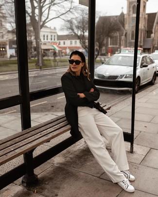 Come indossare: blazer nero, maglione girocollo nero, pantaloni larghi bianchi, sneakers basse in pelle bianche e nere