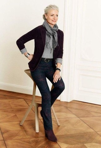 Come indossare e abbinare una cintura in pelle nera: Indossa un blazer di lana melanzana scuro con una cintura in pelle nera per un look spensierato e alla moda. Questo outfit si abbina perfettamente a un paio di stivaletti in pelle scamosciata bordeaux.