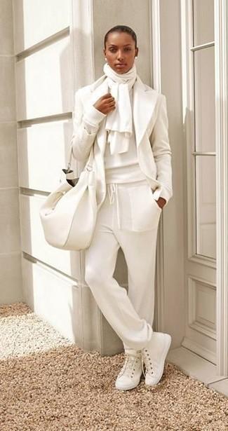 Come indossare: blazer di lana bianco, maglione girocollo bianco, pantaloni sportivi bianchi, sneakers alte di tela bianche