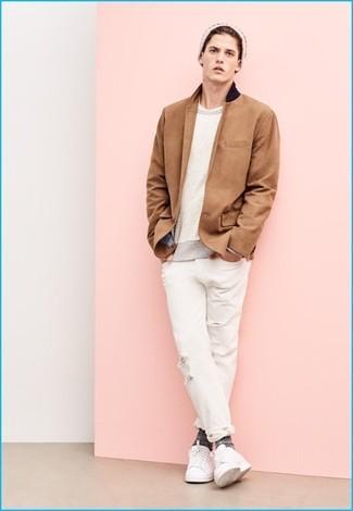 Come indossare e abbinare: blazer marrone chiaro, maglione girocollo beige, t-shirt girocollo bianca, jeans strappati bianchi