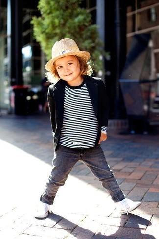 Come indossare e abbinare: blazer nero, maglione a righe orizzontali bianco e nero, jeans grigi, sneakers bianche