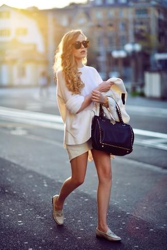 Come indossare e abbinare: blazer bianco, maglione oversize bianco, gonna peplo bianca, mocassini eleganti in pelle beige