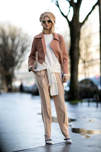 Come indossare: blazer di lana marrone chiaro, maglione oversize bianco, pantaloni stretti in fondo beige, décolleté in pelle beige