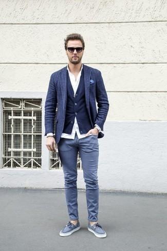 Come indossare e abbinare un blazer di lana blu scuro: Vestiti con un blazer di lana blu scuro e chino grigi per un look davvero alla moda. Per distinguerti dagli altri, scegli un paio di scarpe da barca di tela grigie come calzature.