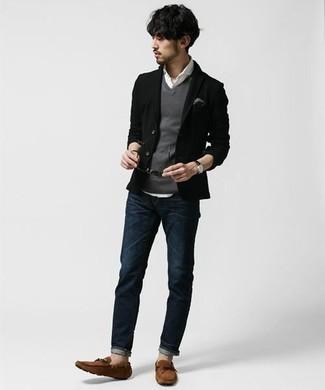 Come indossare e abbinare un fazzoletto da taschino grigio: Coniuga un blazer nero con un fazzoletto da taschino grigio per un'atmosfera casual-cool. Sfodera il gusto per le calzature di lusso e opta per un paio di mocassini driving in pelle scamosciata marroni.