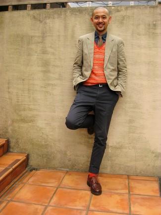 Come indossare e abbinare: blazer beige, maglione senza maniche con motivo fair isle arancione, camicia di jeans blu scuro, chino grigio scuro
