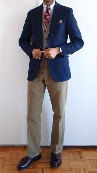 Come indossare e abbinare una cravatta a righe orizzontali rossa: Prova a combinare un blazer blu scuro con una cravatta a righe orizzontali rossa per una silhouette classica e raffinata Mocassini con nappine in pelle bordeaux sono una validissima scelta per completare il look.