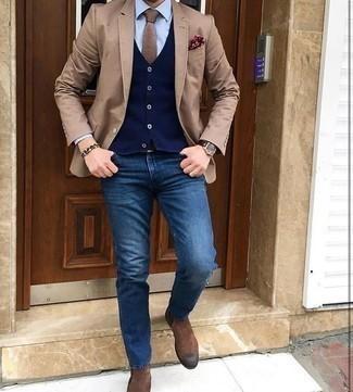 Come indossare e abbinare una cravatta marrone chiaro: Potresti abbinare un blazer marrone chiaro con una cravatta marrone chiaro per un look elegante e di classe. Scegli un paio di stivali chelsea in pelle scamosciata marroni per avere un aspetto più rilassato.