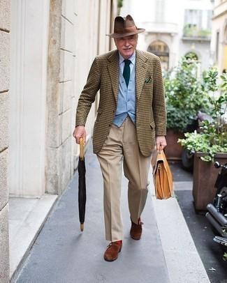 Moda uomo anni 60: Prova a combinare un blazer con motivo pied de poule marrone con pantaloni eleganti marrone chiaro come un vero gentiluomo. Perfeziona questo look con un paio di scarpe monk in pelle scamosciata marroni.