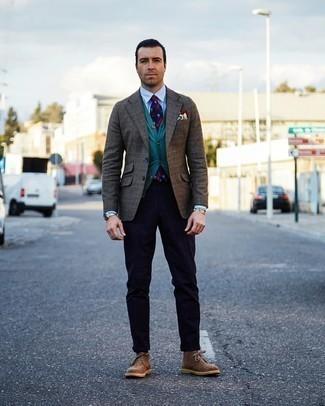 Trend da uomo 2020: Opta per un blazer scozzese marrone e chino a righe verticali blu scuro per un look trendy e alla mano. Chukka in pelle scamosciata marroni sono una interessante scelta per completare il look.