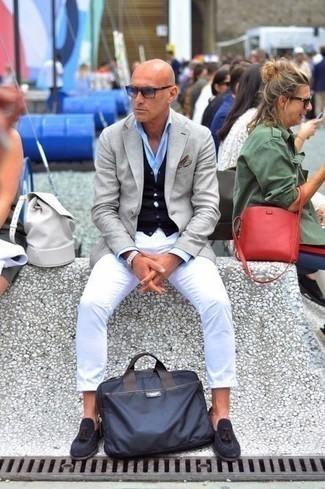 Trend da uomo 2021 in autunno 2021: Punta su un blazer grigio e chino bianchi se cerchi uno stile ordinato e alla moda. Sfodera il gusto per le calzature di lusso e scegli un paio di mocassini con nappine in pelle scamosciata blu scuro. Conquest'outfitnon si può mai sbagliare, garantito in questa stagione autunnale.