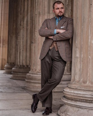 Trend da uomo 2021: Opta per un maglione senza maniche marrone e una camicia elegante azzurra per essere sofisticato e di classe.
