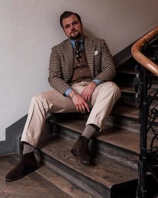 Trend da uomo 2021: Combina un blazer a quadretti marrone con pantaloni eleganti beige come un vero gentiluomo. Scegli un paio di chukka in pelle scamosciata marrone scuro come calzature per un tocco più rilassato.