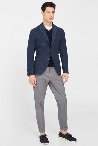 Come indossare e abbinare un blazer di lana blu scuro: Vestiti con un blazer di lana blu scuro e chino grigi per un abbigliamento elegante ma casual. Non vuoi calcare troppo la mano con le scarpe? Scegli un paio di scarpe da barca in pelle blu scuro per la giornata.