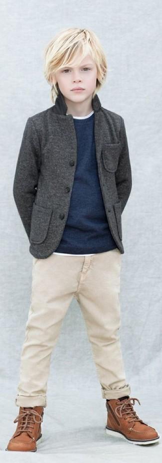 Come indossare: blazer grigio scuro, maglione blu scuro, t-shirt bianca, pantaloni beige