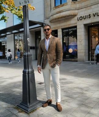 Come indossare e abbinare: blazer di lino marrone, camicia a maniche lunghe a righe verticali bianca, chino bianchi, mocassini eleganti in pelle scamosciata marroni