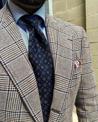 Come indossare: blazer di lana con motivo pied de poule marrone, camicia elegante a righe verticali bianca e blu, cravatta stampata blu scuro, fazzoletto da taschino stampato bordeaux