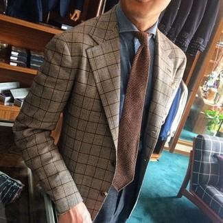 Come indossare e abbinare: blazer scozzese marrone chiaro, camicia elegante azzurra, pantaloni eleganti grigio scuro, cravatta lavorata a maglia marrone