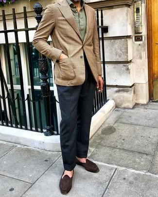 Come indossare e abbinare: blazer scozzese marrone chiaro, maglia  a polo verde oliva, pantaloni eleganti blu scuro, mocassini eleganti in pelle scamosciata marrone scuro
