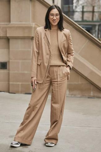 Come indossare: blazer di lana marrone chiaro, maglione a trecce marrone chiaro, pantaloni larghi marrone chiaro, scarpe sportive argento