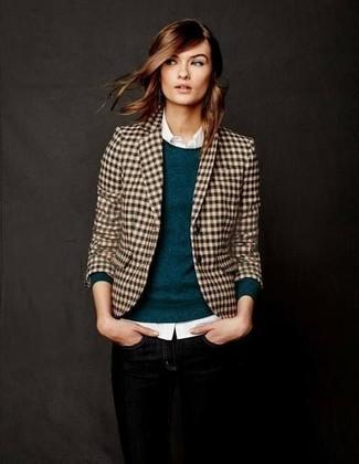 Come indossare: blazer a quadretti marrone chiaro, maglione girocollo foglia di tè, camicia elegante bianca, jeans aderenti neri