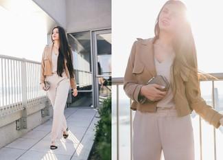 Come indossare e abbinare una tuta beige: Coniuga un blazer marrone chiaro con una tuta beige per un semplice tocco di eleganza. Sandali con tacco in pelle neri sono una gradevolissima scelta per completare il look.